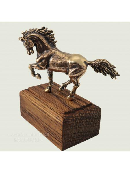 Конь на подставке